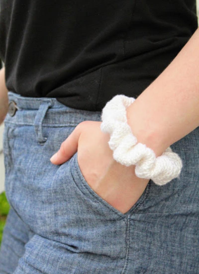 Beginner Scrunchie Crochet Pattern + Video Tutorial